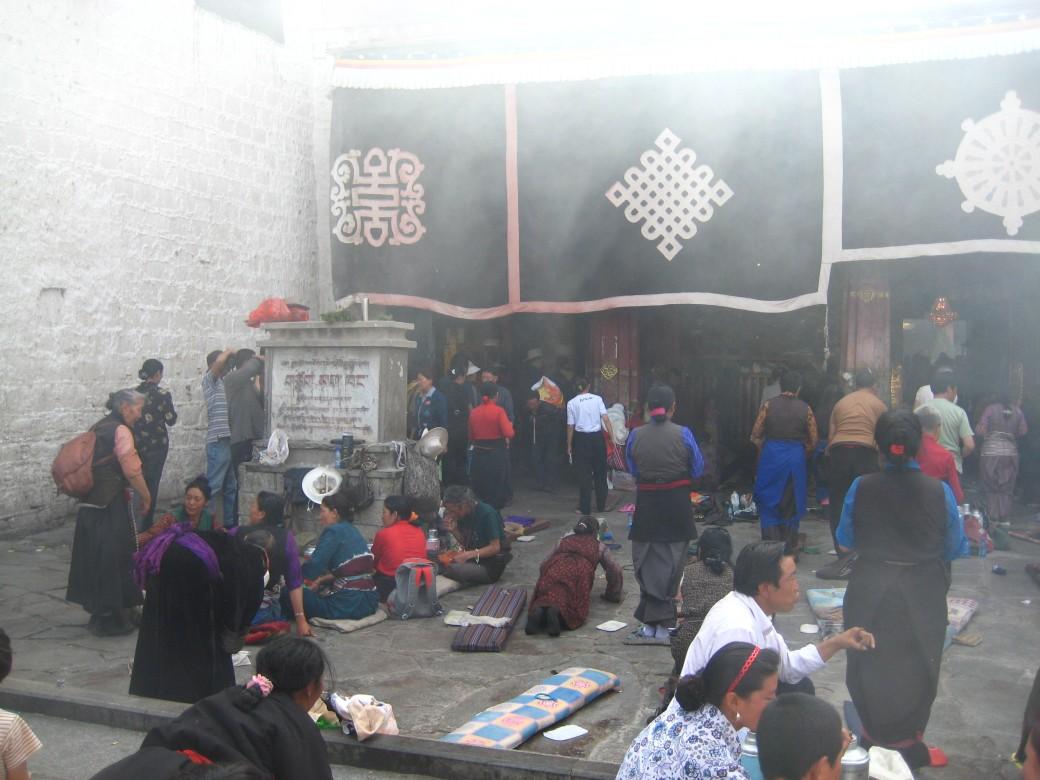 Vid det heligaste templet, Jokhang, ligger offerröken tung
