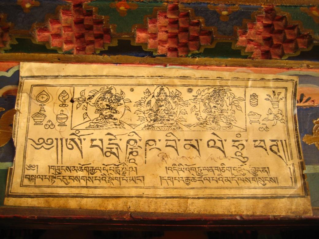 Tibetansk skylt ovanför ingången till ett tempel