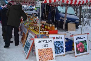 Of course we had to buy hjortronsylt! Nothing beats that - warm on waffles and icecream