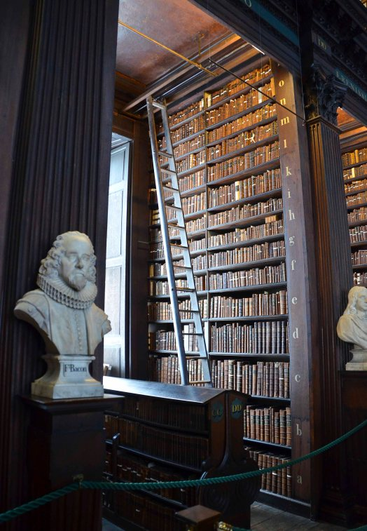 And the marble busts in each row - are all famous men (yes...men, of course.....)