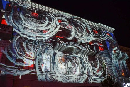 On the walls of some houses there were spectacular light shows going on in 5 minute intervalls - grrreat music as well!