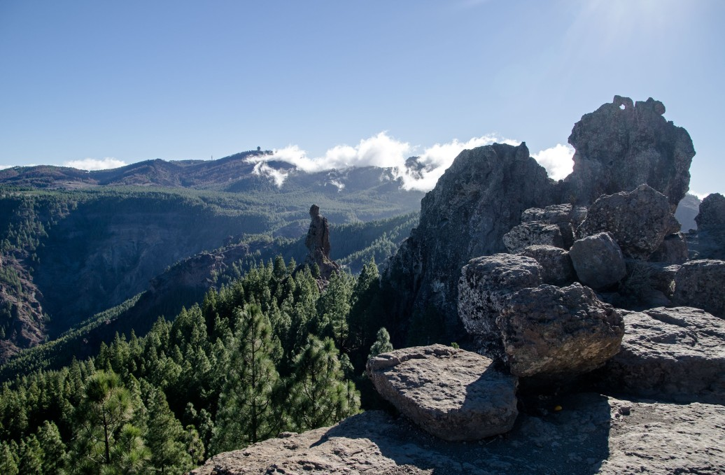 Pico de las Nieves in the faraway clouds, and the pinnacle in the middle is called Roque del Fraile (monk)