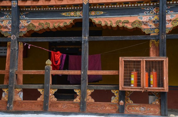 Many of the temples and dzongs had been burnt down (land of the thunder dragon...), so extinguishers where placed everywhere